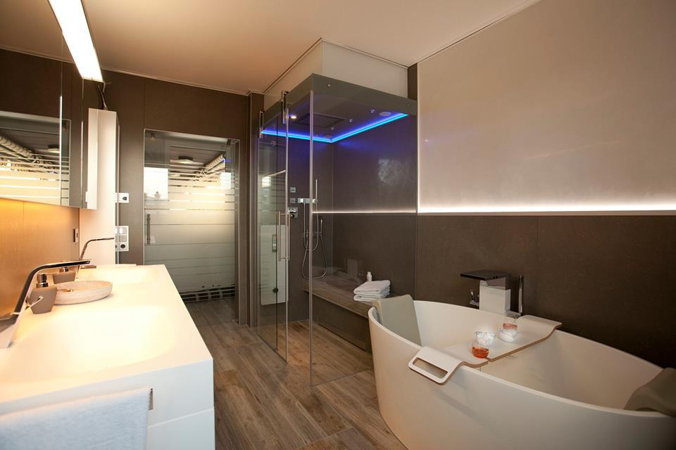 Große begehbare Dusche mit Glaswand Ulrich Amberg